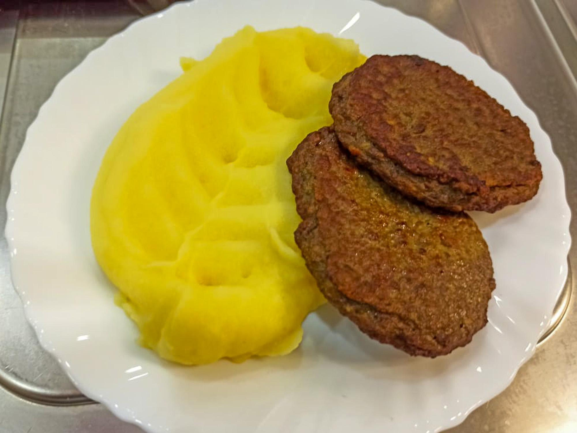Печеночные оладьи и пюре картофельное